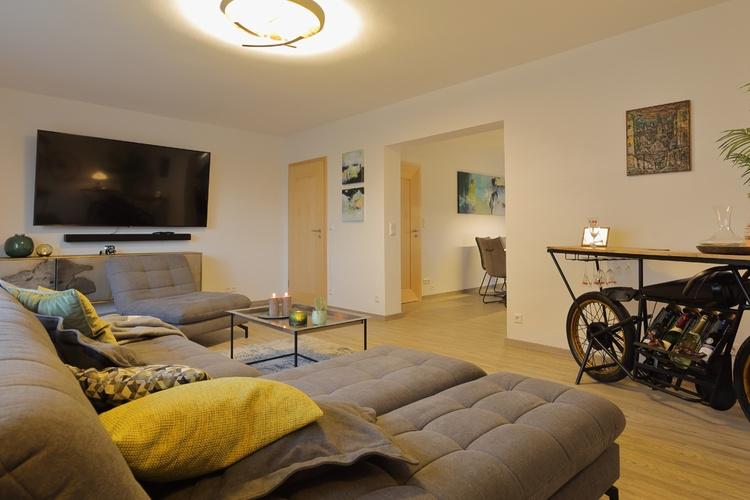 Ferienhaus Däschinger Zweiradparadies Wohnzimmer mit 75 Zoll QLED Samsung Heimkinoanlage
