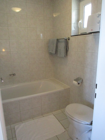 Tageslichtbad mit Badewanne, WC und Waschbecken