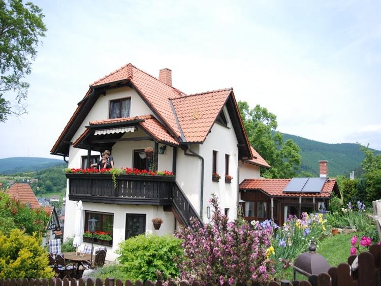 Unser Haus mit Ferinwohnung und Blick auf die Berge