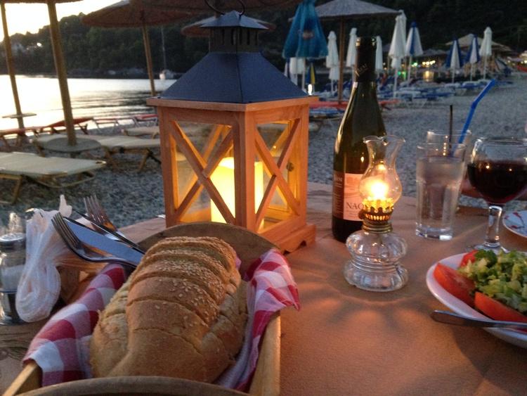 romantisches Abendessen in der Taverna Asterias, Panormos