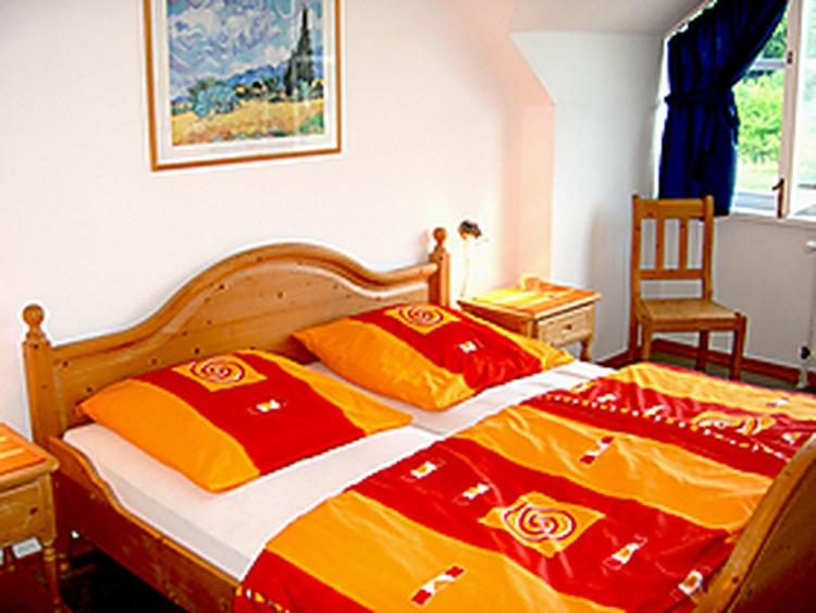 Schlafzimmer im OG mit Fernseher und Stereoanlage