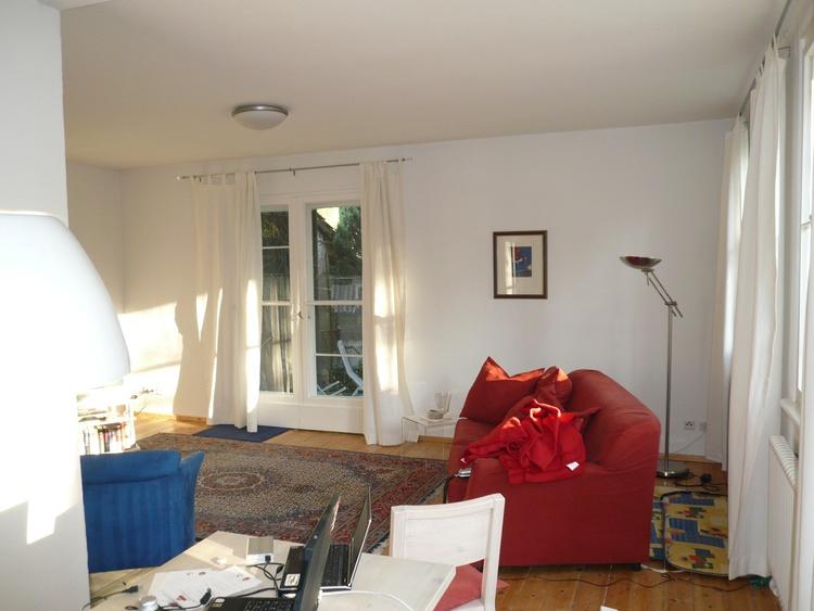 Wohnzimmer mit dickem roten Kuschelsofa