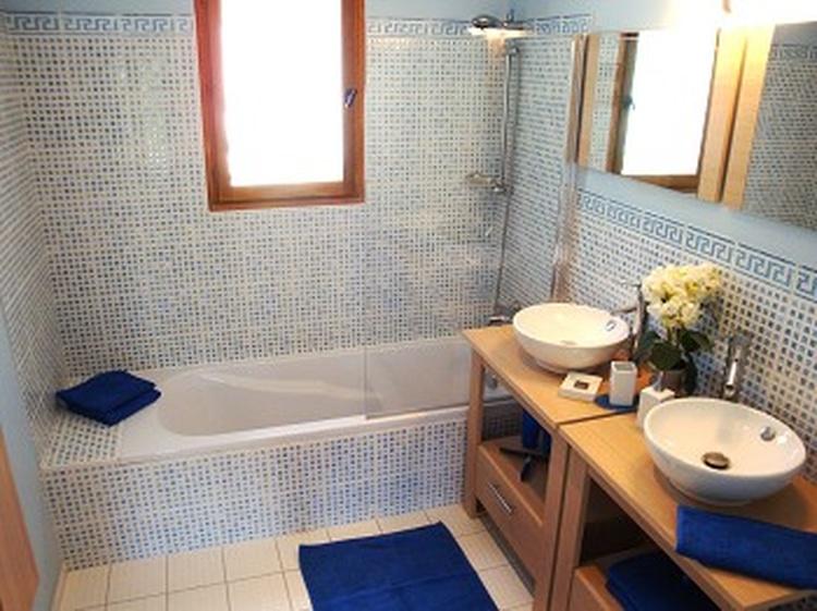 Badezimmer zu Schlafzimmer Nr. 3, mit Badewanne zum Entspannen