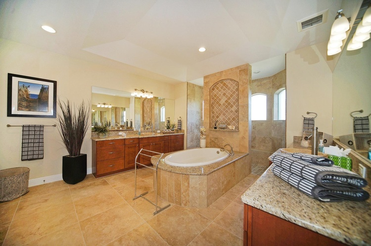 the luxurious bath of the Villa in Cape Coral