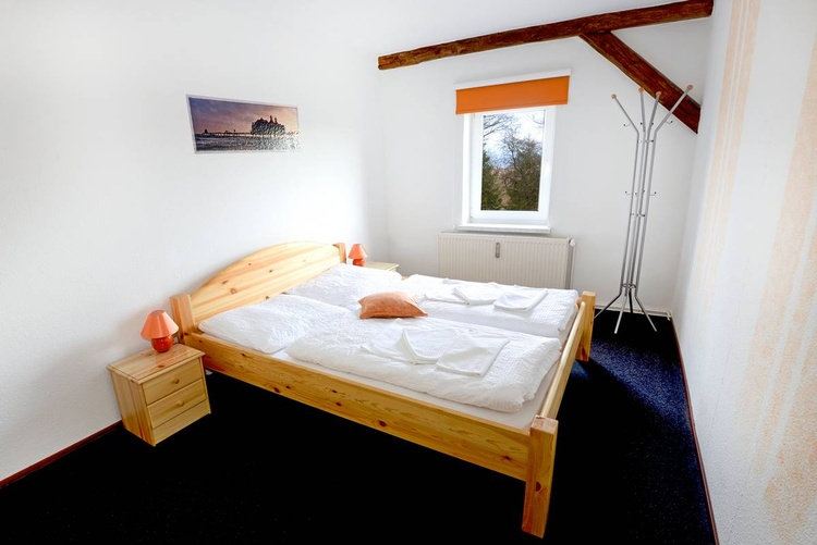 Ein großes Schlafzimmer.