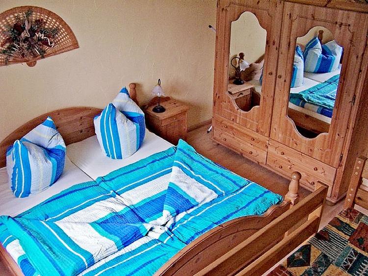 Doppelbett auf Wunsch mit Kinderreisebett (Etagenbett auch im Schlafzimmer)