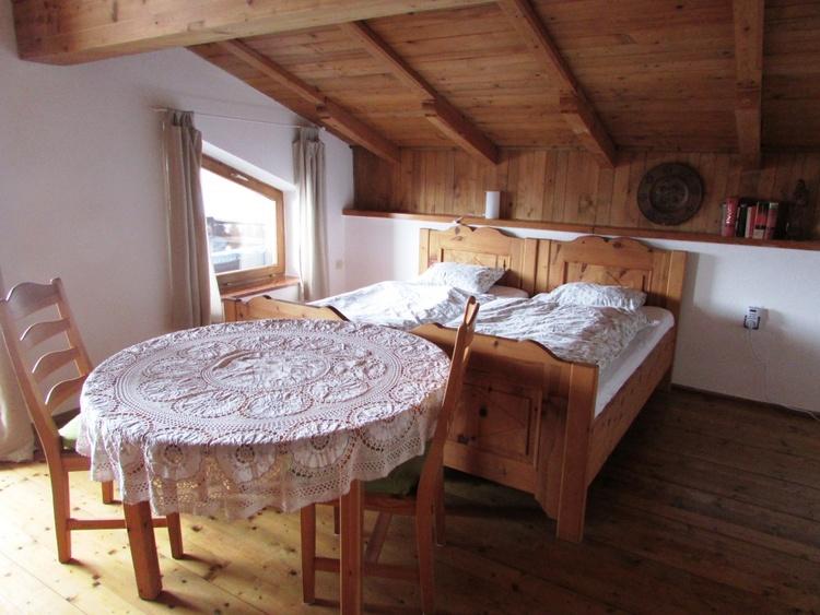 Schlafzimmer mit Zirbenholzbetten