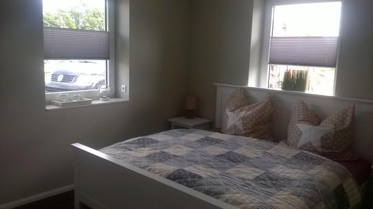 Schlafzimmer 1 mit 1 großen Doppelbett