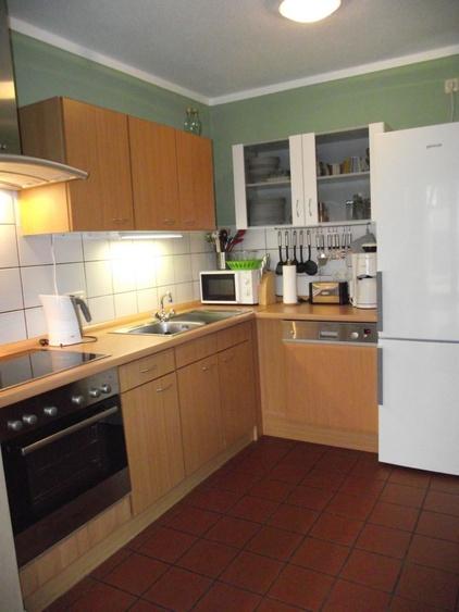 Küche mit Spülmaschine, Herd mit Ceranfeld, Kühlschrank mit Gefrierfächer