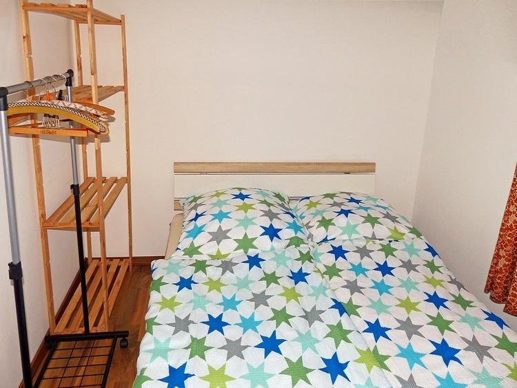 Doppelbettzimmer mit der Garderobe und dem Regal