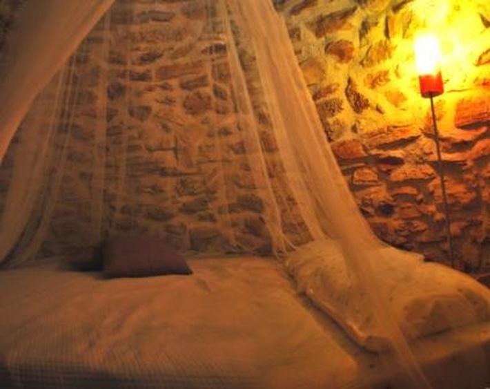 Bett unter der Steinkuppel