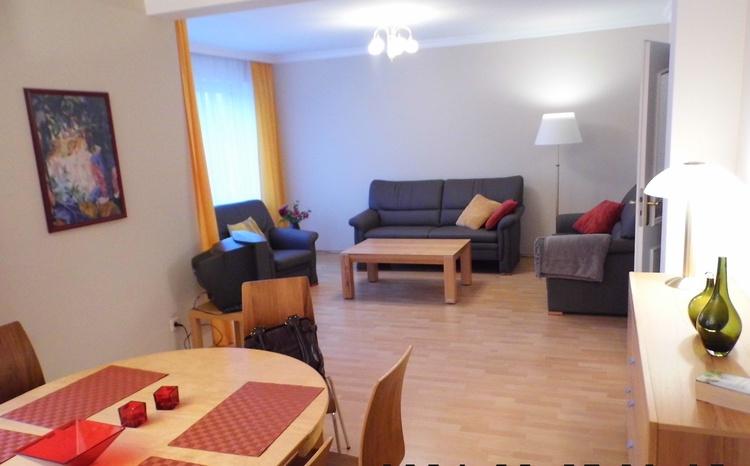 Wohnzimmer mit Sitzgruppe u. Couch