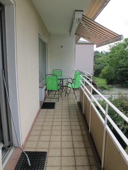 11 m Balkon mit Kastenmarkise und 2 Zugäge zum WZ und SZ