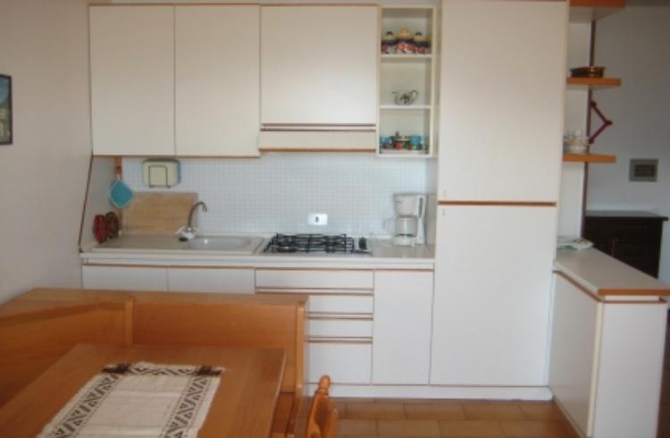 Küche mit 4-Flammenherd und großem Kühlschrank mit Gefrierfach,Kaffeemaschine und Toaster.