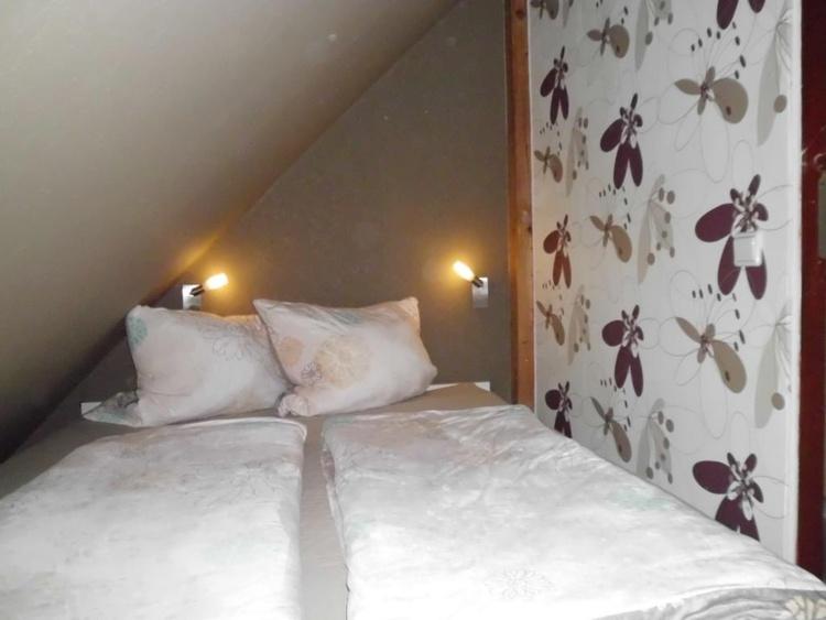 Zimmer mit TV und Zugang zum Balkon
