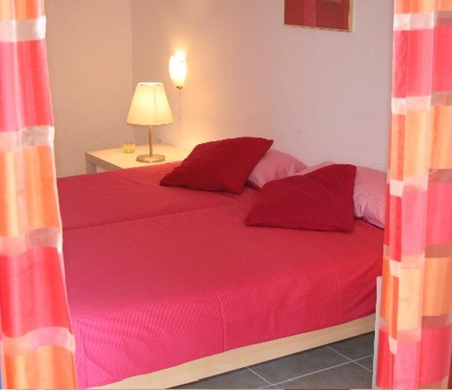 Blick ins Rote Schlafzimmer von Ost Terrasse