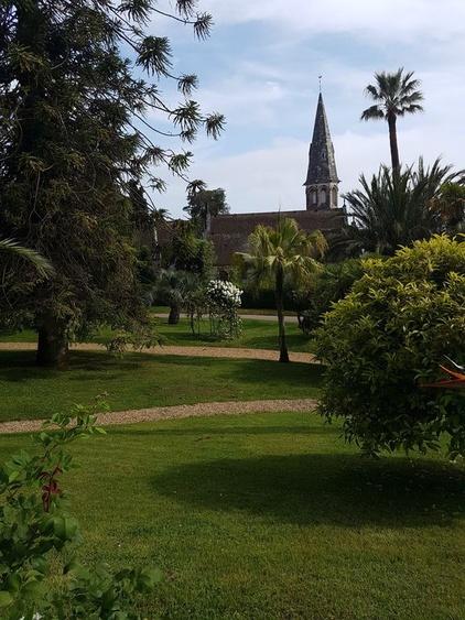Park ùit Blick auf die Kirche