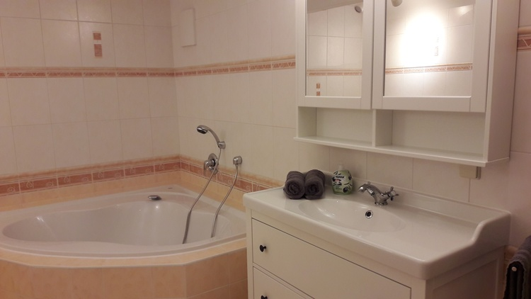 Bad mit Eckbadewanne/Dusche/WC/Waschmaschine/Trockner