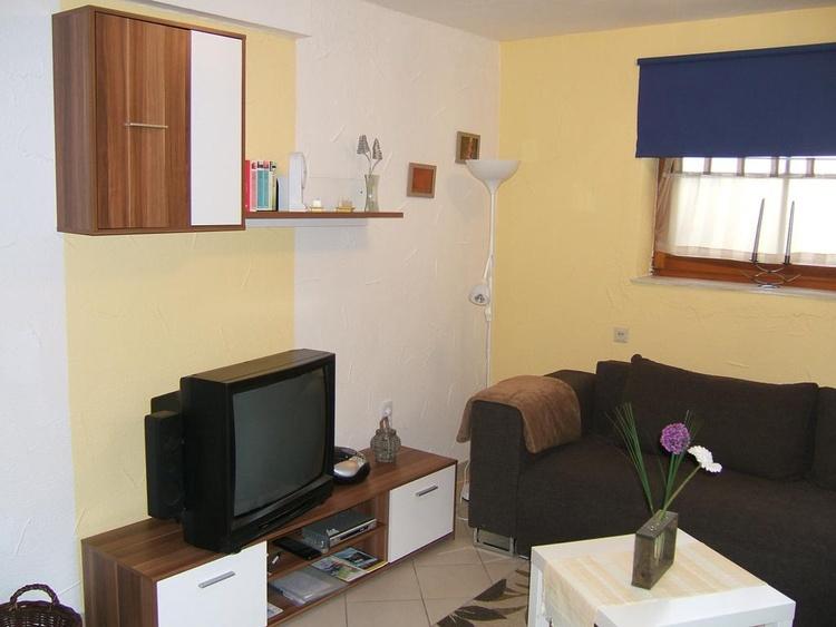 Souterrain-Wohnung mit Kamin, Singleküche und Duschbad