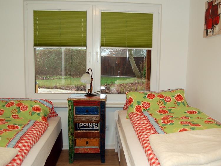 Schlafraum mit 2 Einzelbetten und einem Doppel Hochbett.
