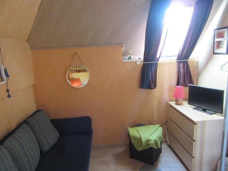 Schlafzimmer mit Etagenbett, TV und Schlafcouch