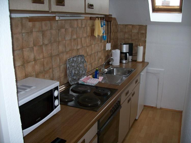 Wohnung II, Küchenzeile, E-Herd, Kühlschrank, Mikrowelle, Kaffeemaschine, Wasserkocher usw.