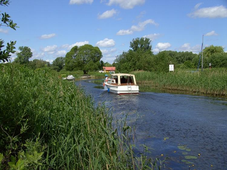 Die Peene perfekt zum Bootfahren und Angeln. nur 200m vom Ferienhaus entfernt