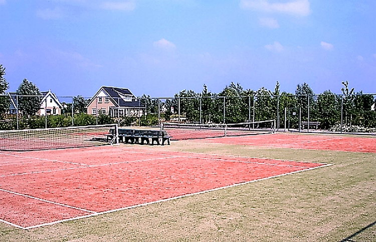 Tennis courts in the park, free to use