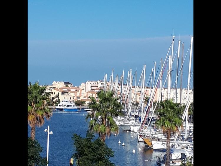 Unverbaubarer Terrassenblick auf den Hafen