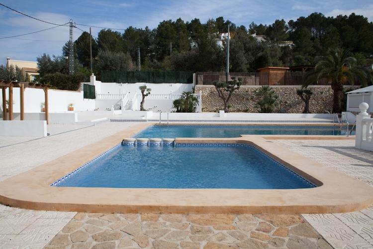 Ein Schwimmbad mit Restaurant, fünf Gehminuten entfernt