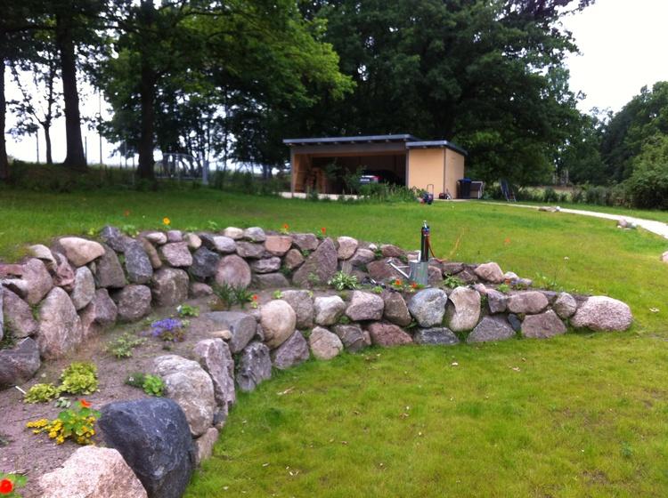 über 2000 m² großer Garten, im Hintergrund Doppelcarport mit Fahrradraum und Kaminholzlager