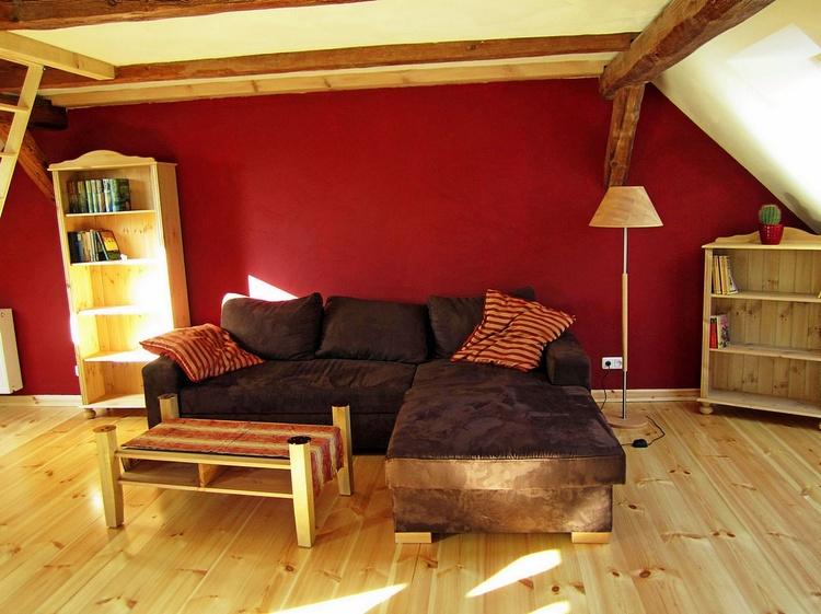 Aufbettungsmöglichkeit für zwei Gäste auf der Couch in der Wohnstube