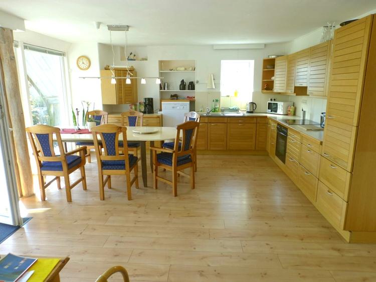 grosse Wohnküche der unteren Wohnung ,gut ausgestattet
