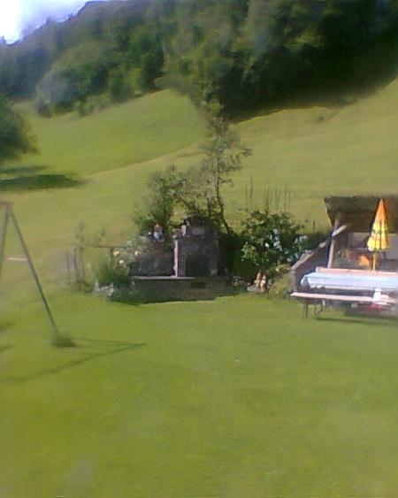 Zu unserem Haus gehört ein Garten mit Sitzgruppe und Gartengrill.