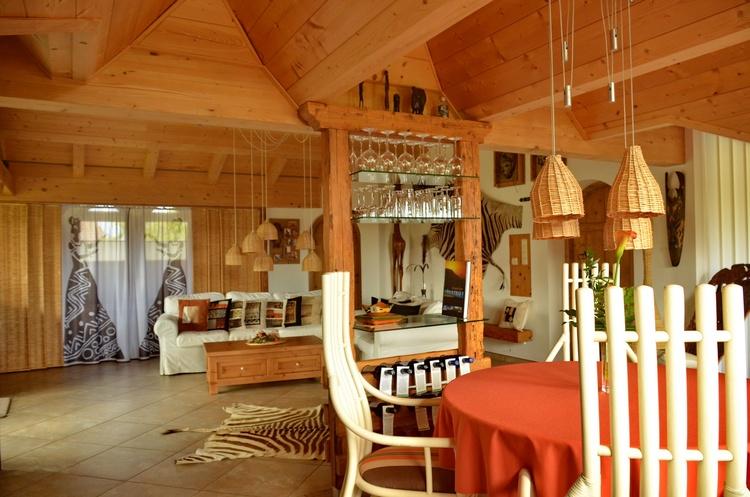 Von der Küche und der Essgruppe aus erahnt man gut die Farben und die Weiten der Steppen Afrikas