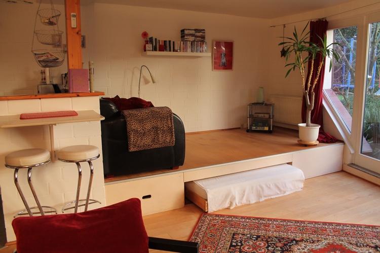 Das ausziehbare Sofa auf dem Podest