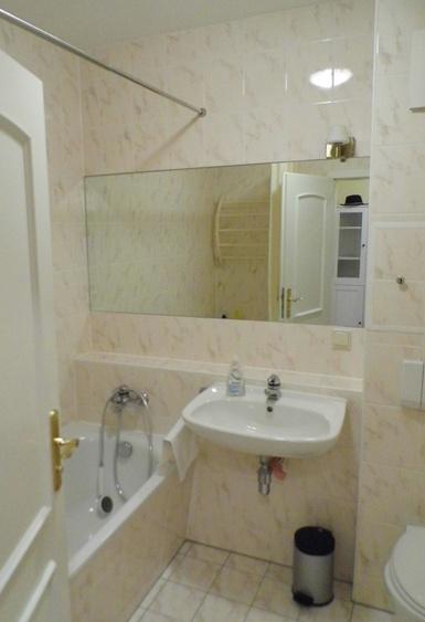 Bad mit Wanne und WC