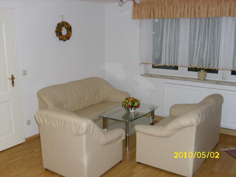 Wohnung 1, Wohnzimmer 28 m², Polsterecke, Sitz-und Essecke, Fernsehschrank