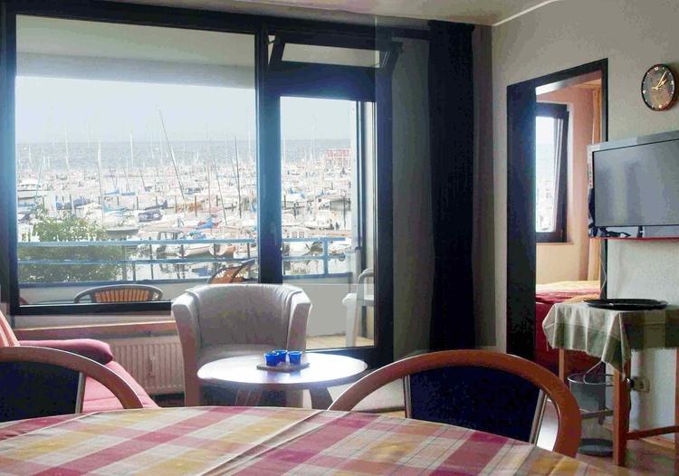 Wohnzimmer mit Panoramablick auf Hafen und Ostsee