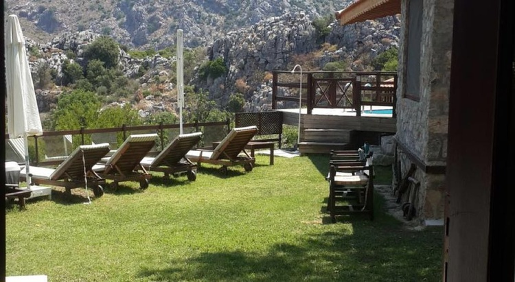 Sundeck with long chaırs by the pool