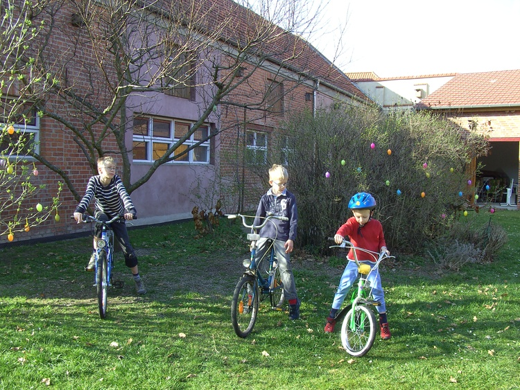 Kids on our bikes compete in the yard