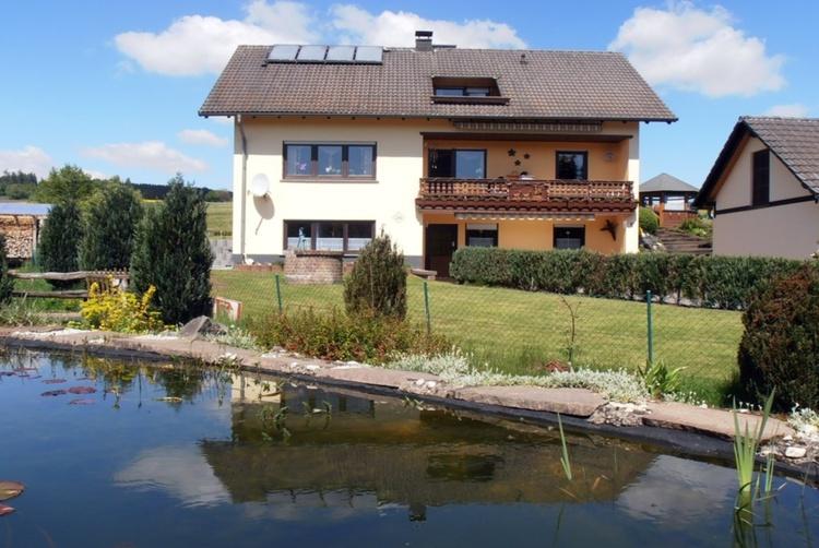Haus Trapp von Gartenteich gesehen
