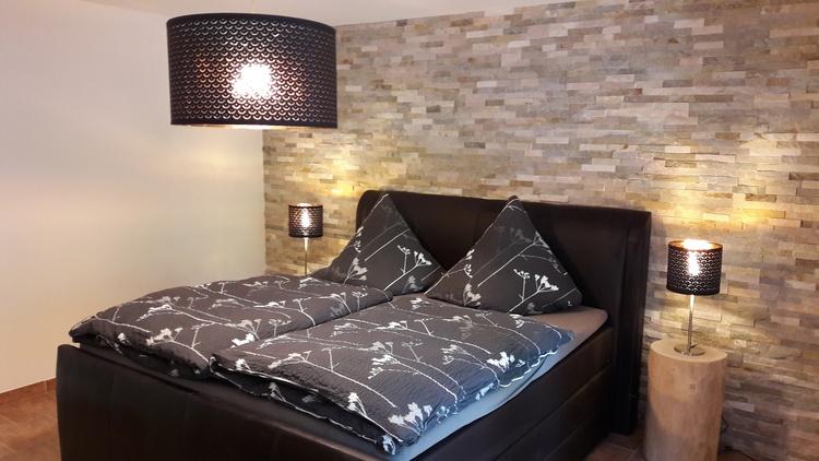 Schlafzimmer mit hochwertigem Boxspringebett