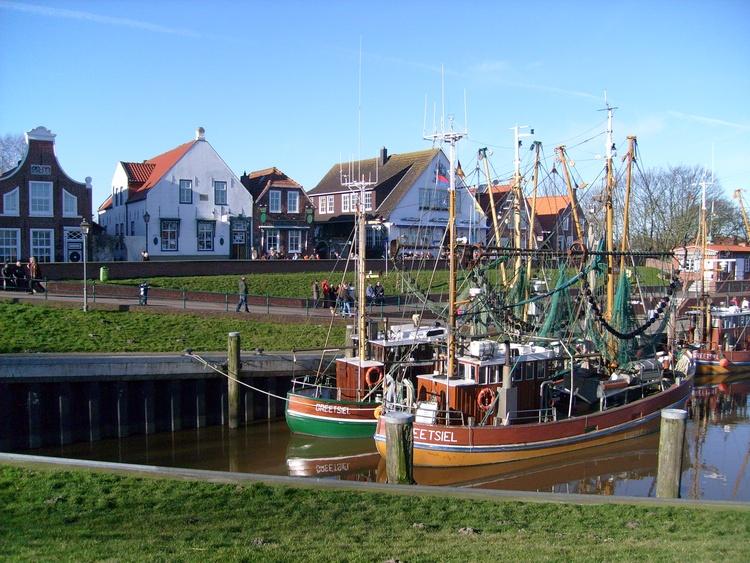 Fischerort Greetsiel mit malerischem Hafen und Zwillingsmühlen