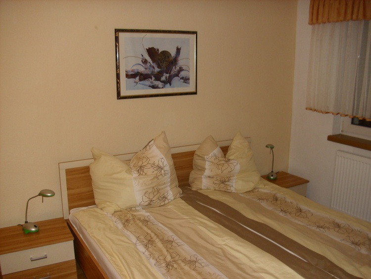 Wohnung 1, Schlafzimmer 1-11 m²;1 Doppelbett 180 x 200 mit Konsole, großer Schrank, Garderobe