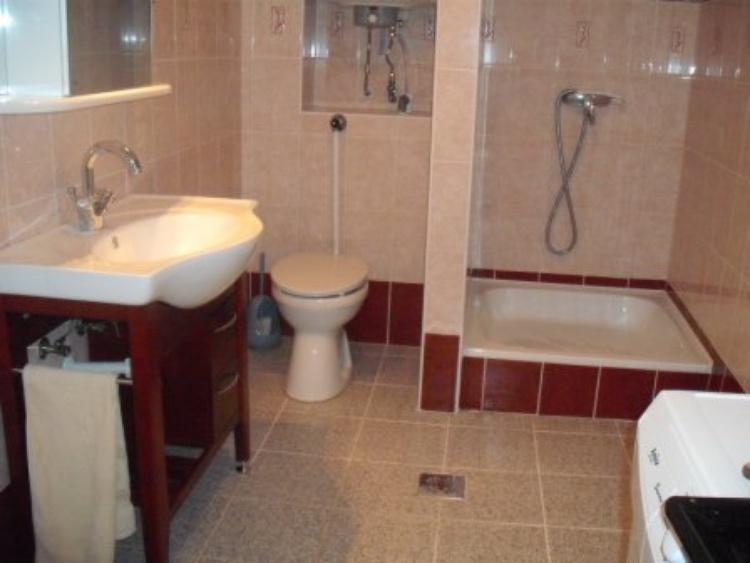 Bad mit WC, Dusche, Waschmaschin und Trockner