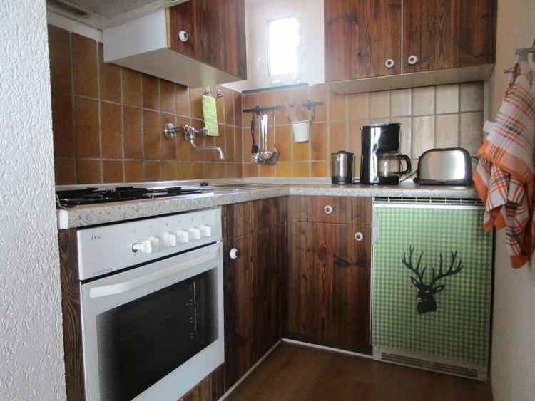 Kleine Küche mit Gasherd, Kaffeemaschine, Toaster, Wasserkocher, Kühlschrank