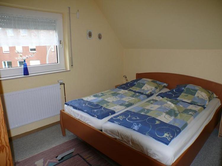 Seniorenschlafzimmer mit hoher Bettkante