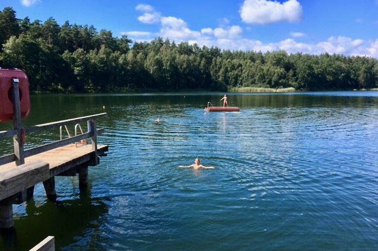 Besonders beliebt: Der Rote See (6 km) mit Nichtschwimmer Zone und Gaststätte