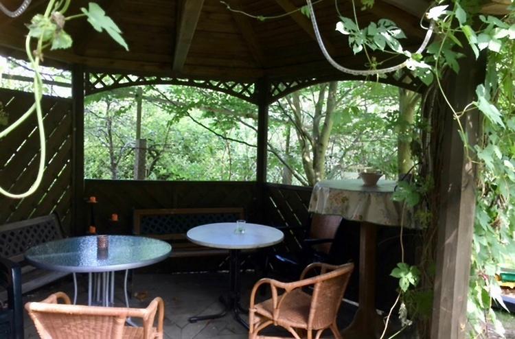 Wir brauchen Schatten: Pavillon mit Schwenkgrill, im Garten mit Blick auf den Spielplatz